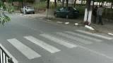 Майка с количка направи забележка на шофьор за неспиране на зебра, той я наби