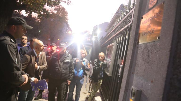 Почти час граждани протестираха тази вечер пред посолството на Франция