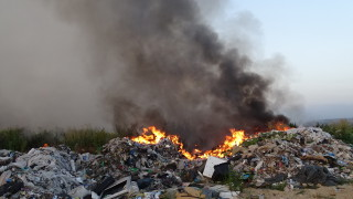 Втори ден гасят пожар на сметище край Пловдив