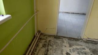 Сградата на детската градина в Черноморец се руши