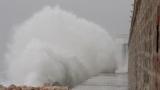 Ураганен вятър затвори варненското пристанище