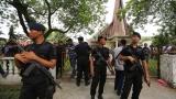 17-годишен нападна с бомба и нож католически свещеник в Индонезия