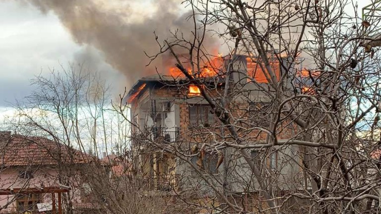 Гори триетажна къща в софийското село Долни Лозен, съобщи БГНЕС.