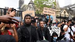 """""""Няма справедливост, няма мир"""": Хиляди в Лондон протестират срещу убийството на Флойд"""