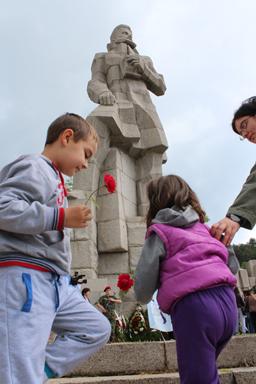 Свлачище руши паметника на Ботев в Калофер