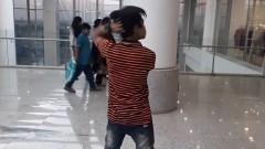Момче от Пакистан обръща главата си на 180 градуса