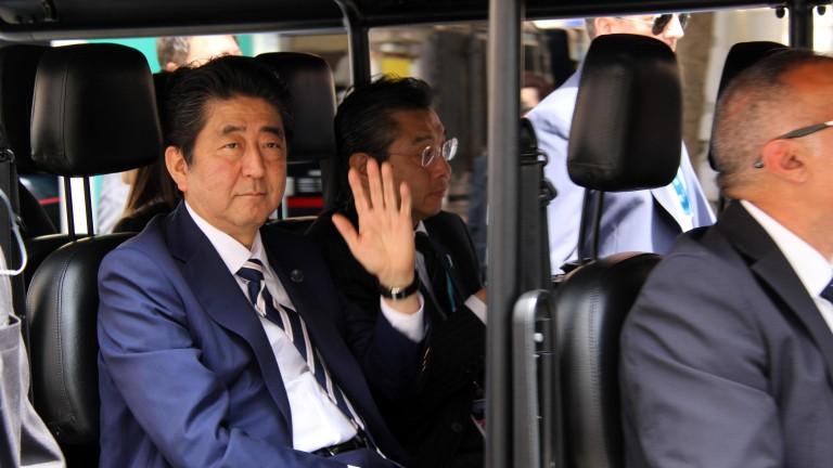 Японският премиер се въргаля в пясъка по време на голф с Тръмп