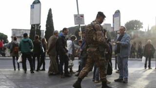 """Мъж наръга с ножица войник в шията в Милано, крещи """"Аллах акбар"""""""