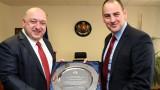 Министър Кралев награди Петър Стойчев за успеха му в първото организирано състезание по плуване на Антарктида