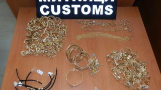 Половин килограм злато скри туристка в сутиена си