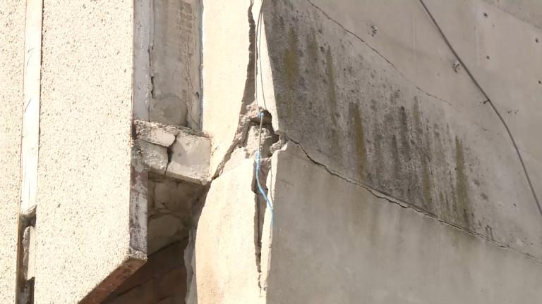Парче от тераса се срути върху оживен столичен булевард