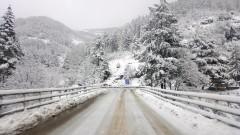 В 13 области в страната продължава да вали сняг