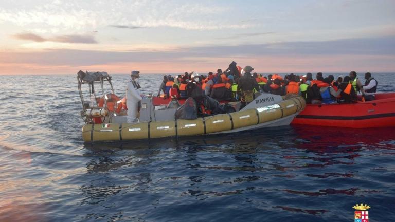 Спасиха 103 мигранти от изпотрошена яхта край остров Крит