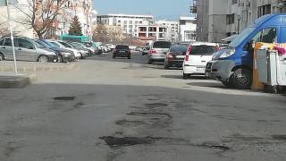 """Столичани плащат """"Зелена зона"""" за паркиране на улица без асфалт"""