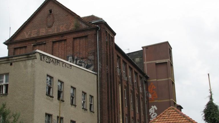 Снимката по-горе показва как изглежда днес огромният завод за производство