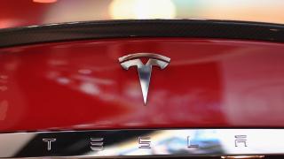 Акциите на Tesla падат със 7%. Надценена ли е компанията?