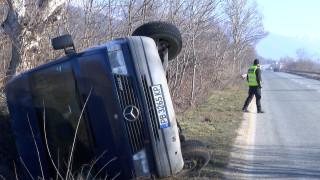 Пиян военен се вряза с колата си в микробус край Казанлък
