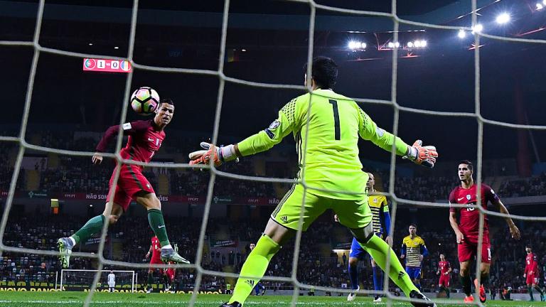 Роналдо бележи с глава