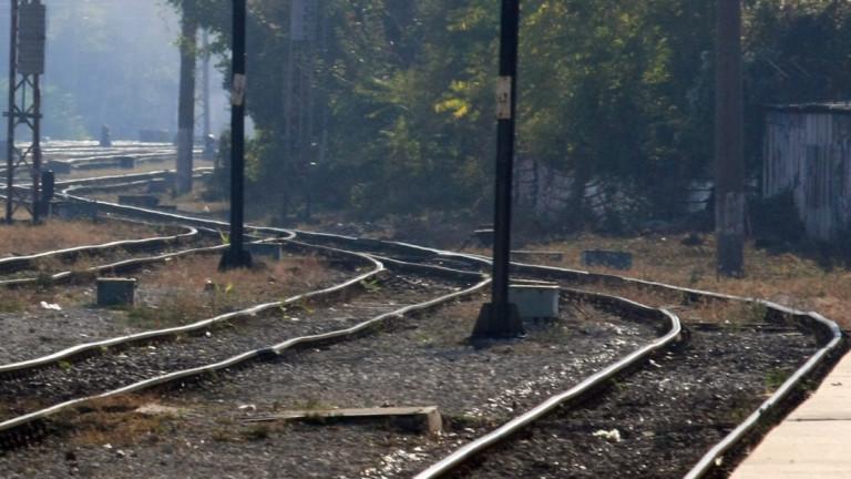 Паднали скали спряха влаковете между Цветино и Аврамово