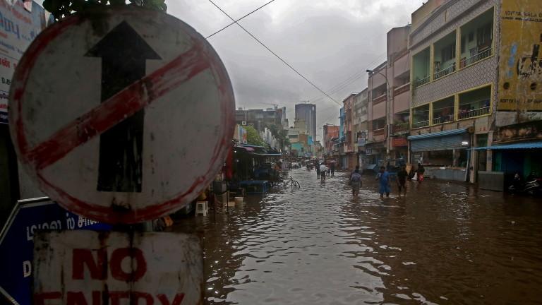 Стотици хиляди евакуирани в Индия заради циклон