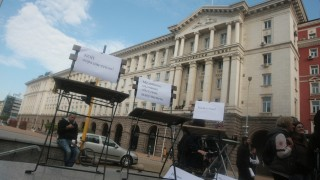 Журналисти подредиха столовете си пред Министерски съвет
