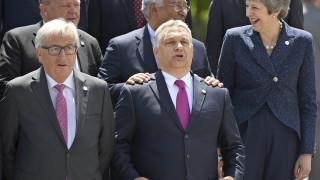 Юнкер смекчава тона към Орбан