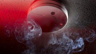 Пожарникари монтират датчици за дим в домове на пенсионери