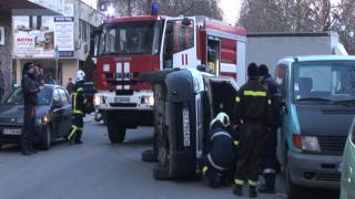 Кола се преобърна на възлово кръстовище в Казанлък