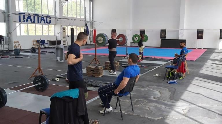 Столичен клуб, съставен от аматьори, спечели шампионата на вдигане на тежести
