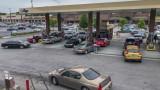 Паникьосани американци се тълпят по бензиностанциите, не слушат властите да не се запасяват с гориво