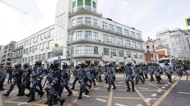 Хиляди руснаци излязоха по улиците в центъра на Москва, за