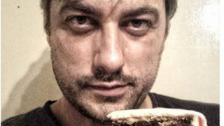 Владо Карамазов нагъва торти