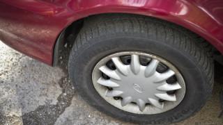 Десет автомобила осъмнаха с нарязани гуми в Пловдив