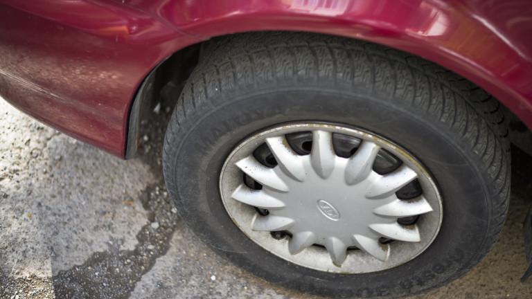 Обвиниха възрастен мъж, плащал на непълнолетни да пукат гуми