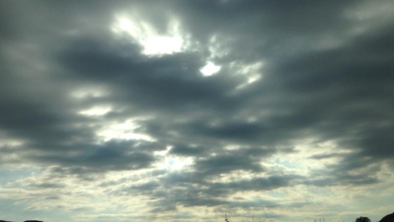 Облачно и топло начало на месеца
