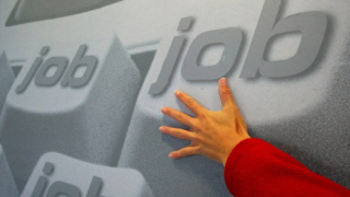 Държавата поема част от осигуровките при назначаване на безработен младеж