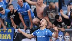 Защитник на Левски поздравява хора за пари