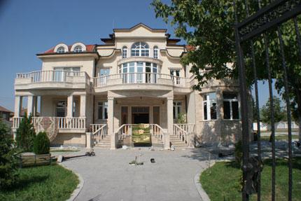 НАП продава двете опожарени къщи на цар Киро
