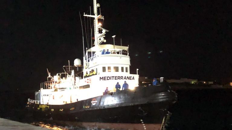 Италиански благотворителен кораб бе ескортиран в пристанището на Лампедуза от