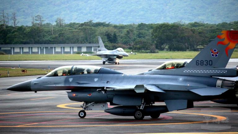 Китай осъди провокативен полет на САЩ над Тайван