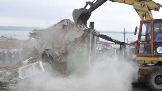 Събарят незаконни постройки в ромската махала в Ямбол