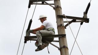 Силният вятър остави част от Септември и четири села без ток