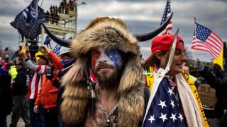 """Щурмувалият Капитолия """"викинг"""" готов да свидетелства срещу Тръмп"""