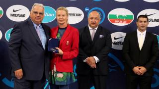 """Стефка Костадинова отличи Ненад Лалович с медал за """"Олимпийски заслуги"""""""