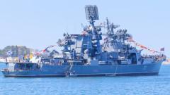 Руски ракетен крайцер влиза в гръцкото пристанище Пирея