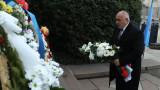 Борисов поднесе цветя пред паметника на Апостола в София