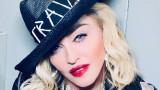 Мадона, патериците и поредната й гола снимка