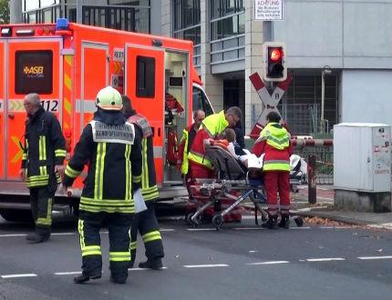 Мъж атакува с нож кандидат-кмет на Кьолн