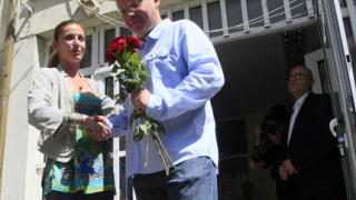 С 5 червени рози млади социалистки посрещнаха Станишев