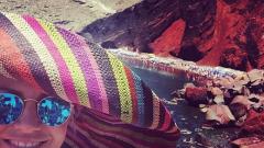 Поли Генова вее гигантска шапка на Санторини